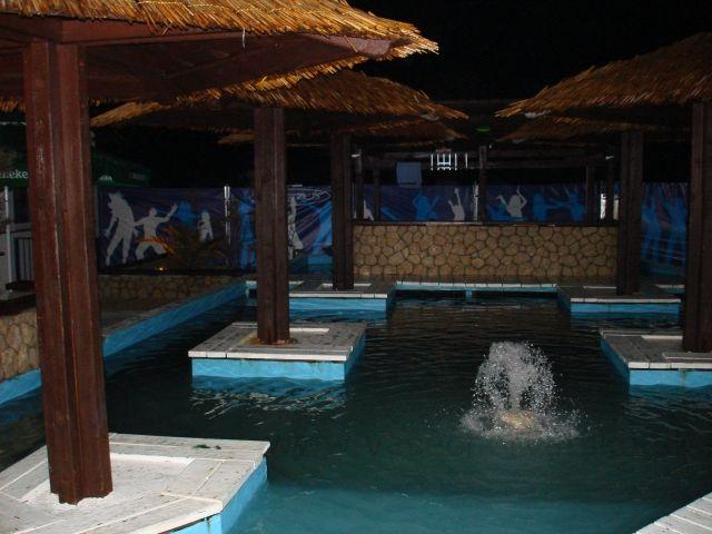 Bazén v bare na pláži