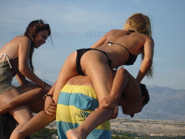 Dievčatá na pláži Zrče - Párty začína už pri pláži, pokračuje tanečná party v baroch. Veľa pekných mladých dievčat na pláž Zrče v Chorvátsku.