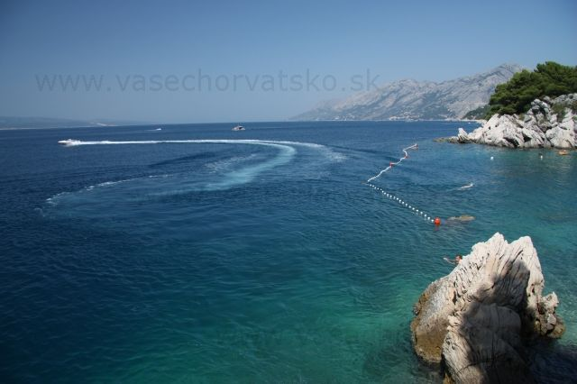 Makarska riviéra more a hory  - Krásny výhľad pri pohorí Biokovo v Chorvátskom mestečku na Makarskej Riviére Brela
