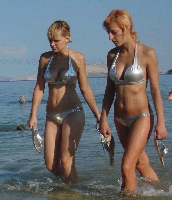 Modelky na pláži v Chorvátsku - Hostesky alebo modelky na pláži Zrče, dievčatá v plavkách sa vracajú s akcie nai pláži na ostrove Pag v meste Novalja