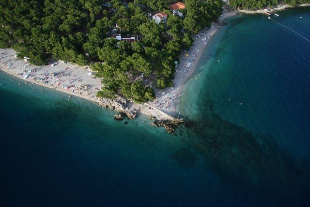 Najkrajšia pláž v Chorvátsku - Jedna z najkrajších pláži v Chrovátsku sa nachádza v Brele na Makarskej riviére. Je to pláž Punta Rata, ktorá pokračuje podmorským skalnatým výbežkom. Pekné miesto aj na potápanie. Pláž je po oboch stranách výbežku. Ak by ste pokračovali v smere do ľava prídete k Nevestinej skale. Punta rata získala modrú vlajku a určite sa oplatí vidieť. Tu nájdete ubytovanie v Brele
