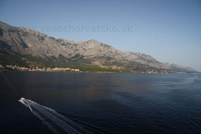 Parasailing Baška voda - Pohľad na Makarskú riviéru z padáku. Mesto pod horami je Baška voda, štartovalo sa z Brely a na padáku sa spravil pekný okruh. Teste pred západom slnka sú hory najkrajšie osvetlené