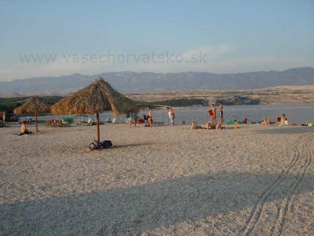 Pláž Zrče - Drobné okruhliaky, čistá voda, veľa barov, veľa mladých ľudí, slnečníky na pláži a veľa hudby, každý deň a každú noc párty, taká je chorvátska pláž Zrče