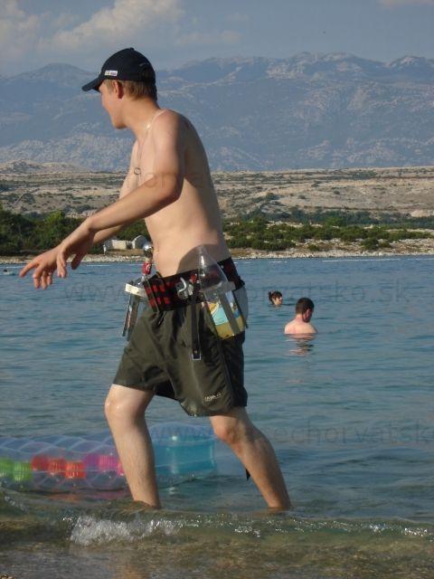 Príprava na párty - Opasok s pripevnenými fľašami, pred poobednou afterparty na Pagu na pláži Zrče