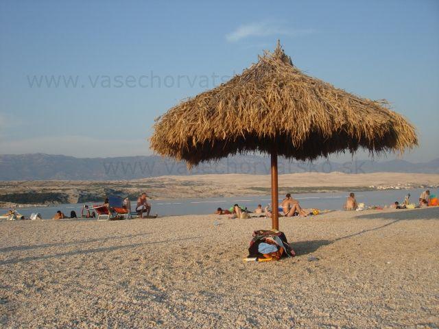 Slnečníky na pláži - Karibik v Chorvátsku  alebo chorvátska Ibiza, škoda toho nie vhodne zvoleného názvu Zrče, bolo veselé počúvať, ako to vyslovujú takí Nemci alebo Rakúšania