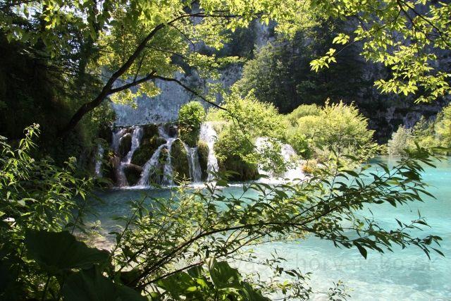 Vodopády medzi jazerami - Medzi hornými a dolnými jazerami je výškový rozdiel, vďaka čomu je popri ceste, turistickom chodníku množstvo vodopádov