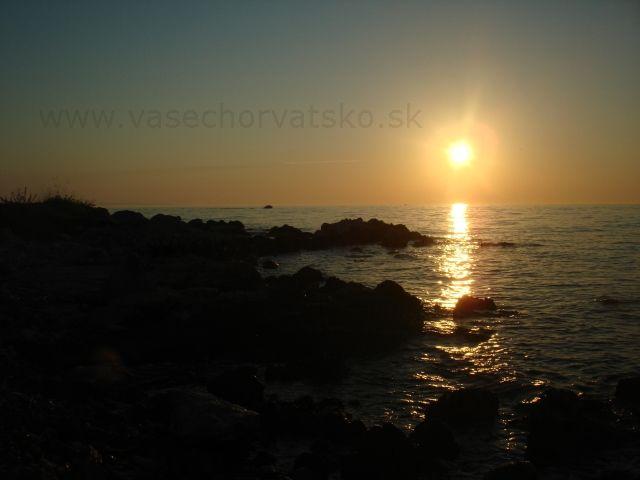 Západ slnka pri pláži - Toto nebolo fotené na Zrče, lebo pláž Zrče nie je otočená na západ. Toto je pri pláži v meste Novalja, smerom ku kempu Straško.