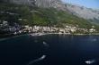 apartmán v Brele a prístav - Pohľad na apartmány a možnosti ubytovania v prímorskom meste Brela na Makarskej riviére. Záber z parasailingu v Chorvátsku na prístav a apartmán v Brele. Takýto pohľad na hory a pláže máte keď sa kúpete v mori na Makarskej.
