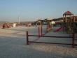 bungee jumping zrce - Na konci pláže je žeriav a nad morom sa skáče bungee jumping. V pravo na fotke je detské ihrisko na pláži Zrče.