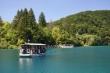 Loďou po Plitvických jazerách - Po jazerách sa dá voziť loďkami a presúvať loďou.  Časť turistického okruhu sa teda veziete po čistom jazere plnom rýb.