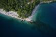 Jedna z najkrajších pláži v Chrovátsku sa nachádza v Brele na Makarskej riviére. Je to pláž Punta Rata, ktorá pokračuje podmorským skalnatým výbežkom. Pekné miesto aj na potápanie. Pláž je po oboch stranách výbežku. Ak by ste pokračovali v smere do ľava prídete k Nevestinej skale. Punta rata získala modrú vlajku a určite sa oplatí vidieť. Tu nájdete ubytovanie v Brele