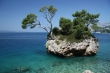 Symbol Brely nevestina skala, nachádza sa na jednej z najkrajších pláži Punta Rata v meste Brela na Makarskej Riviére.