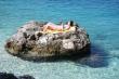 Opaľovanie na skale - Skalný ostrovček pri pláži, ideálne miesto na nerušené opalovanie :)